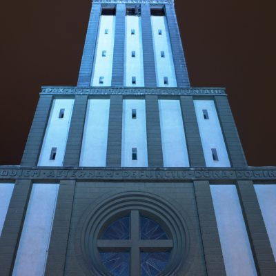 Věž kostela sv. Hedviky v modrém nočním nasvícení