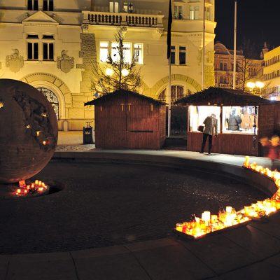 Svíčky zapálené u Koule